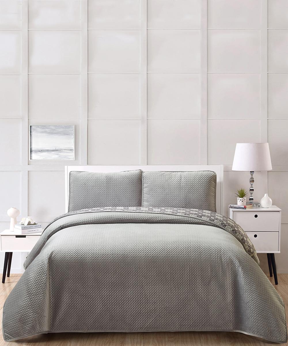 Universal Home Fashions  Quilt Sets Charcoal - Charcoal Mandala Perforation-Textured Lattice Velvet Quilt  Set